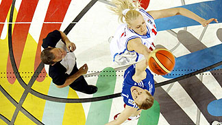 Tip-off in the EuroLeague Women Semi-Final 2005 between VBM-SGAU Samara and Lietuvos